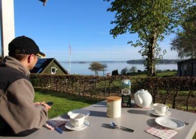 Angelurlaub mit Ausblick: Frühstück vor der Campinghütte