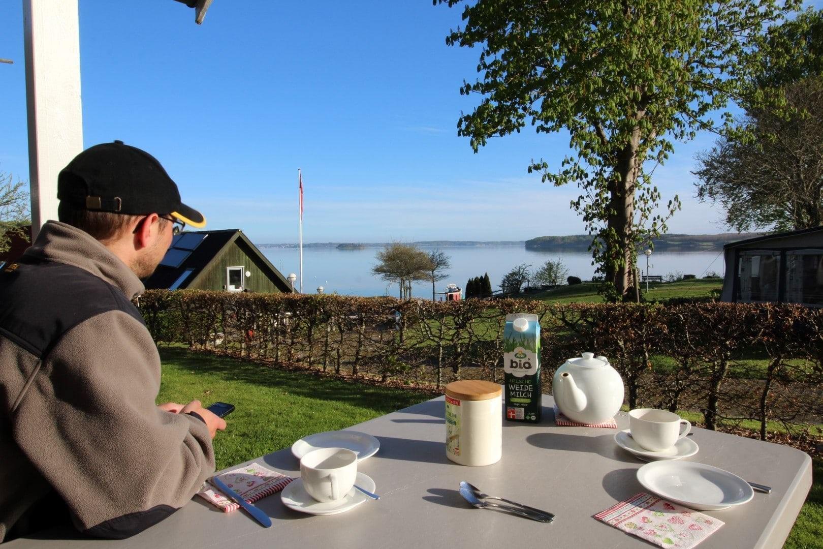 Frühstpck vor Campinghütte in Dänemark