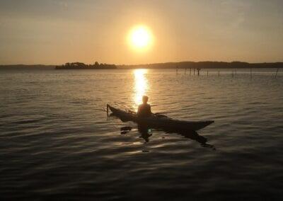 Sonnenaufgang auf dem Wasser: Einfach nur durch die herrliche Ruhe dahingleiten ...